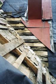 """Nasnímku stará poničená střecha. Zde je zásah odborné firmy přímo nutností. Čeká ji """"odstrojení"""" kompletního střešního pláště anová instalace všech vrstev střechy."""