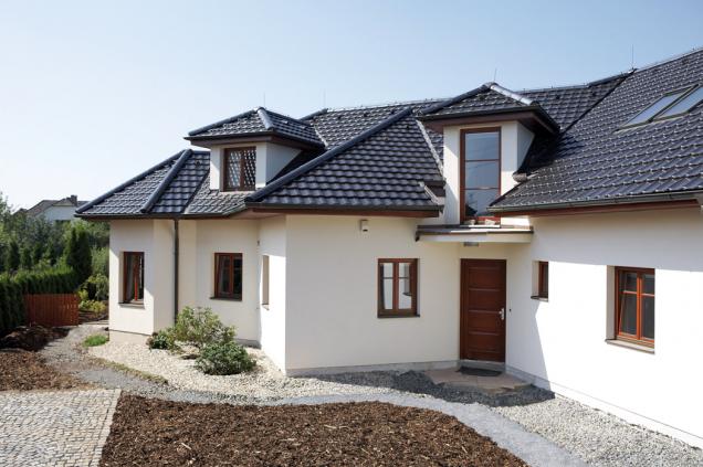 Střechu z pálené krytiny Tondach Stodo 12, glazura břidlicově černá, pečlivě realizovala pokrývačská firma Gradia (TONDACH)