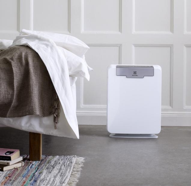 Čistič vzduchu EAP300 je vybaven systémem Pure Source, který odstraňuje nečistoty, prach, pyl azápach vetřech fázích azajišťuje čistotu vzduchu až 99,97% (ELECTROLUX)