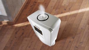 Ultrazvukový zvlhčovač vzduchu Gorenje H50DW zvyšuje relativní vlhkost adíky ionizátoru zvyšuje kvalitu vzduchu. Zvlhčovač obsahuje uhlíkový filtr, takže zachytí iprach (GORENJE)