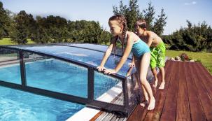 Bazén potřebuje nejen prostor navlastní vanu, ale inadalší využití, ať už jde ozastřešení nebo místo, kam budete chtít vbudoucnu postavit zahradní nábytek.