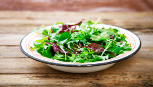 Na jaře, zvláště pak oVelikonocích, rádi do  svého jídelníčku zařazujeme zelené bylinky. Není nutné něco zeleného nakupovat, obvykle se stačí projít po zahradě apozorně se dívat.