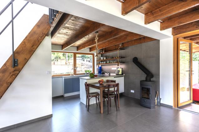 Izolační schopnosti obvodového zdiva umožňují vytápět dům pouze malými kamny nadřevo.
