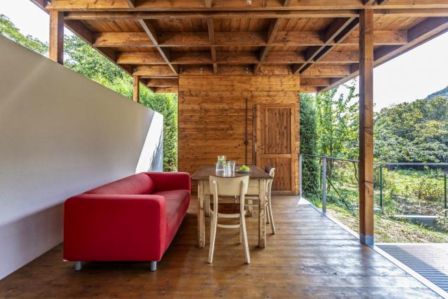 Potřech širokých schodech se zobytného prostoru vychází naterasu, kterou nadruhém konci uzavírá vestavěná sauna.