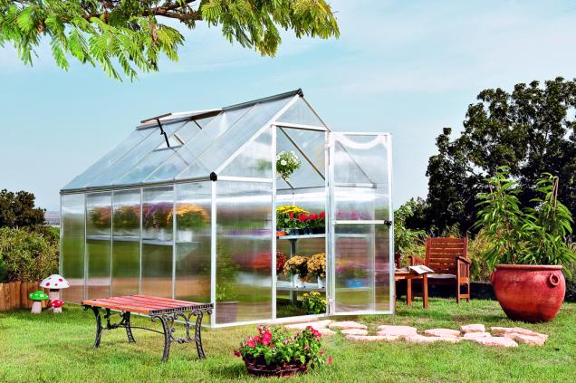 Vybrat si můžete polykarbonátové skleníky se sedlovou střechou. Kolmé boční stěny umožňují jak pěstování mohutnějších rostlin vcelé výši skleníku, tak umístění jedné nebo několika polic nad sebou (HORNBACH)