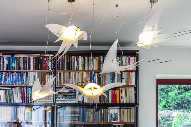 Vlaštovky poletující nad jídelním stolem poutají pozornost nejen na sebe, ale i na rodinný poklad v pozadí – na knihovnu po dědečkovi, která nyní tvoří středobod interiéru.