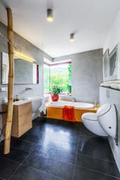 Umístění vany přímo pod rohové okno s krásným výhledem do údolí Divoké Šárky si majitelé domu nemohou vynachválit. Díky situování domu přitom není zvenčí do koupelny odnikud vidět.