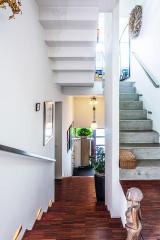 Povrch schodů je částečně obložený dřevěnou mozaikou Merbau, která se používá vprůmyslových provozech. Majitelé si pochvalují zejména posun domu o půl patra – vždy to mají do dalšího poschodí jen pár schodů.