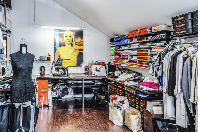 """Radka Kubková navrhuje modely pro přehlídky, originální šaty pro stálé zákaznice, kabelky,tašky arůzné doplňky zkůže akožešin. Spolupracuje sbytovými designéry, vymýšlí závěsy, potahuje polštáře nebo židle. Prostě ji baví """"oblékat"""" nejen lidi, ale iinteriéry."""