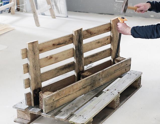 3. Z užší části odstraňte pomocí dláta a kladiva zadní prkno a dřevěné podložky