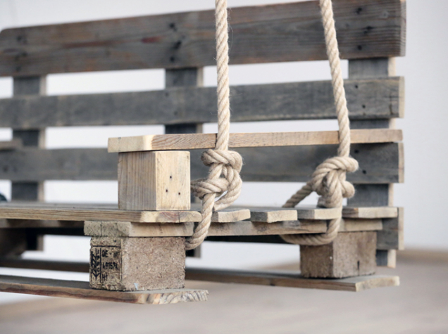 9. Dvě lana o délce 5m přivažte po stranách houpačky. Lana zavěste na háky ve stropě.