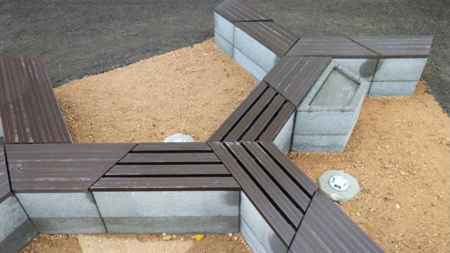 Představujeme vám Playstone – multifunkční prvek vyrobený z lehkého keramického betonu. Už z jeho názvu vyplývá, že si s ním můžete při plánování zahrady opravdu vyhrát. Díky tvaru rovnoramenného lichoběžníku jej totiž můžete skládat do různých sestav a vytvářet tak plochy s hladkým i členitým povrchem. (Zdroj: Liapor)