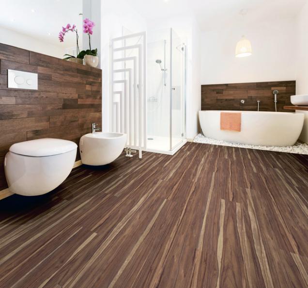 Vinylová podlaha Vereg sdekorem ořech sibiu se vyznačuje perfektním vzhledem knerozeznání odpřírodního dřeva. Kvalitní odolný povrch je zušlechtěn polyuretanem, hodí se tak také dovlhkých místností včetně koupelen. Vprodejnách Hornbach koupíte za495 Kč/m2.