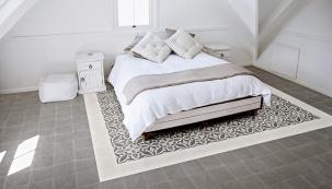 Španělský výrobce keramických dlažeb Ragno nabízí kolekci vestylu retro (včetně formátu 20 × 20 cm), kterou lze uplatnit vcelém domě. Například vložnici nápaditě napodobí vzorovaný koberec našedém neutrálním podkladu. Ideálně se hodí pro podlahové vytápění.