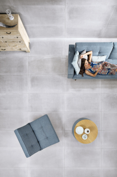 Podlahy tvoří nejvíce zatíženou součást vybavení domu ataké se obtížně vyměňují. Proto je výběr podlahové krytiny zásadní otázkou. Trendem vinteriérovém designu jsou dnes bezbariérové podlahy ajednotné krytiny. Je to nejen estetické, ale také velmi praktické.