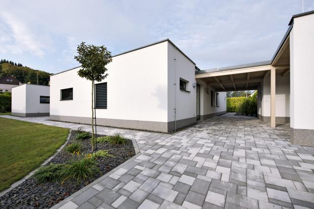 Ačkoli je majitel vášnivým cestovatelem, vesvětové architektuře inspiraci nehledal. Dům se vyznačuje jednoduchými liniemi adostatkem prostoru, který splňuje požadavky mladé aktivní rodiny.
