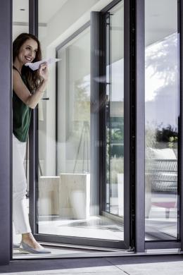 Nejprodávanějšími okny na českém trhu jsou stále okna z PVC. Ať už z důvodu kvalitních tepelněizolačních vlastností, jednoduché údržby nebo designu, který byl v oblasti plastových oken před 30 lety stále ještě v plenkách. Výměna oken výrazně zlepší kvalitu bydlení, navíc se jedná o investici, která zhodnocuje objekt! (Zdroj: REHAU)