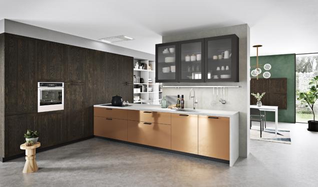 Ukázka atypického uspořádání dotvaru L: vysoká skříňová sestava súložným prostorem, vestavěnou chladničkou atroubami + mycí, pracovní avarná zóna spodávacím otvorem dojídelny (Arancucine)