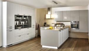 Dominantou této kuchyně je ostrůvek skomfortní pracovní plochou adřezem. Úložné prostory včetně vestavěné chladničky jsou soustředěny ustěny naproti (kuchyně Oresi, linka Palermo)