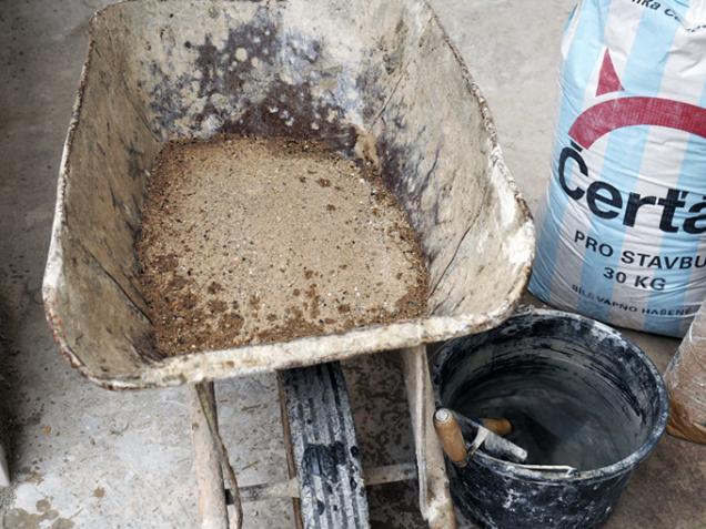 Kolečka nejprve vypláchněte vodou anasypte donich potřebné množství kvalitního písku.
