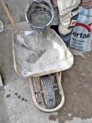 Vodu do směsi písku, vápna a cementu přilévejte opatrně, abyste maltu takzvaně neutopili.