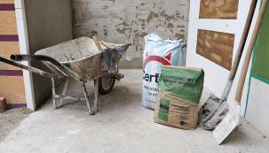 Vápno, cement apísek – ztěchto tří komponentů si zkušený zedník dokáže maltu namíchat sám. Bohužel se tato znalost kvůli pytlovaným suchým směsím pomalu vytrácí. Doma namíchaná malta je přitom až desetkrát levnější než pytlovaná, ale její příprava pochopitelně zabere víc času apráce.