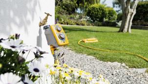 Zavlačovací hodiny Sensor Plus obsahují fotosenzor, který automaticky upravuje harmonogram pro spuštění při východu azápadu slunce, smožností výběru délky ifrekvence opakování vtýdnu (MOUNTFIELD)