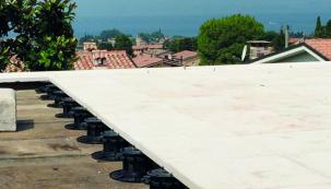 Terasové terče jsou robustní polypropylenové podstavce, které umožňují suchou pokládku teras, balkónů a plochých střech. Konstrukci lze rychle postavit, ale také snadno rozebrat, třeba když se potřebujete dostat k podkladu. Terče vyzvednou terasu ze samonosných dlaždic nebo terasových prken do potřebné výšky, takže ji neohrožuje vlhko a větrá, dle volby typu terčů pod ní mohou vést nejrůznější rozvody. HPI-CZ, jeden z největších českých dodavatelů stavebního příslušenství nabízí hned tři různé druhy terčů – terče s pevnou výškou, terče výškově stavitelné a terče samonivelační. (Zdroj: HPI-CZ)