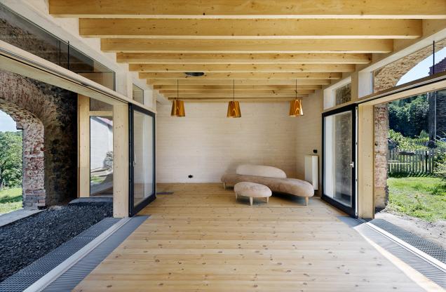 Kamenná stavba stodoly chrání vnitřní dřevostavbu před deštěm, vnitřní dřevěný dům působí jako větrná atepelná ochrana.
