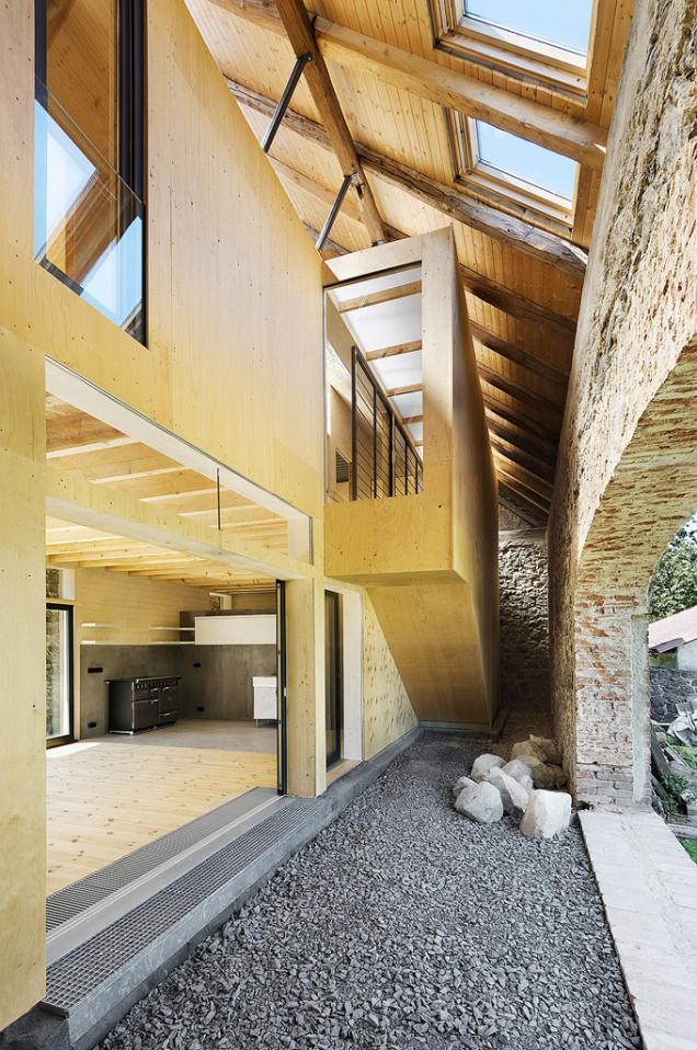 Donové střechy byla zabudována střešní okna, která přivádějí světlo dovšech koutů.