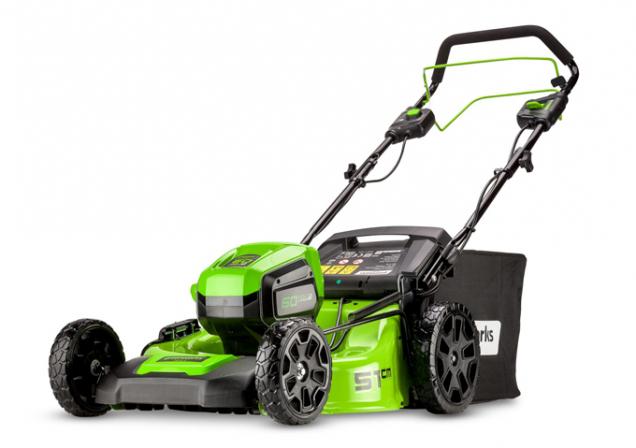 AKU rotační sekačka Greenworks GD60 LM 51 SP 60 V s ocelovým šasi, pojezdem a záběrem 51 cm přináší komfort a výkon benzinových strojů ve spojení s čistou a ECO friendly energií. (Zdroj: Mountfield)