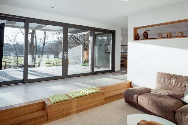Nový posuvně-zdvižný systém Schüco LivIngSlide propojí interiér s domu s venkovní terasou. (Zdroj: Schüco CZ)