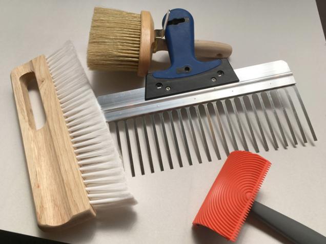 Ukázka nástrojů na kreativní techniky (Zdroj: Baumit, spol. s r.o.)