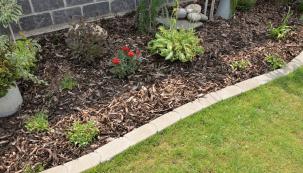 Ohraničení trávníku anebo záhonu má nejen estetickou, ale i praktickou funkci. Používá se k vytyčení a snadnému přechodu mezi chodníkem, cestou, trávníkem nebo záhony. Jaké existují možnosti ohraničení? Nechte se inspirovat sedmi tipy, které se harmonicky začlení do zahrady. (Zdroj: Hornbach)