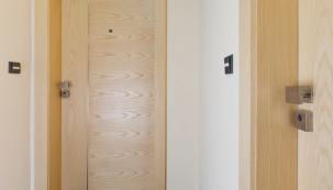 Nejsou dveře jako dveře a dvojnásob to platí u dveří bezpečnostních. Pokud chcete účinně chránit své domovy, majetek i zdraví, vybírejte pečlivě. Poradíme vám, na co si dát pozor. (Zdroj: NEXT)