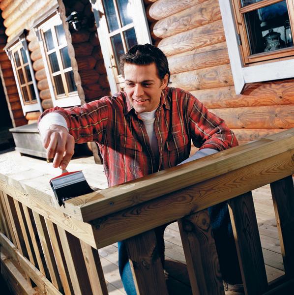 Dřevo je ekologický přírodní materiál, který bez správného ošetření lehce podléhá opotřebování. Naštěstí existují způsoby, kterými lze jeho životnost prodloužit. Základem péče o dřevo je dostatečná ochrana. To platí pro dřevo v interiéru i v exteriéru. Nechte se inspirovat praktickými radami, jaký typ ochrany dřeva zvolit, aby si co nejdéle zachovalo krásný a přirozený vzhled. (Zdroj: HORNBACH)
