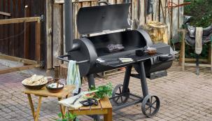 Pojízdný gril na dřevěné uhlí Tenneker TC Smoker XL je vhodný kpřímému, nepřímému grilování a také uzení. (Zdroj: HORNBACH)
