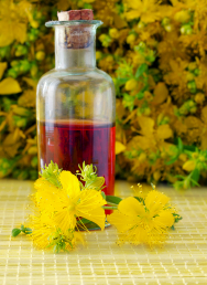 Krásně červený třezalkový (svatojánský) olej lze využívat na ošetření popálenin, namožené svaly nebo třeba kmasážím.