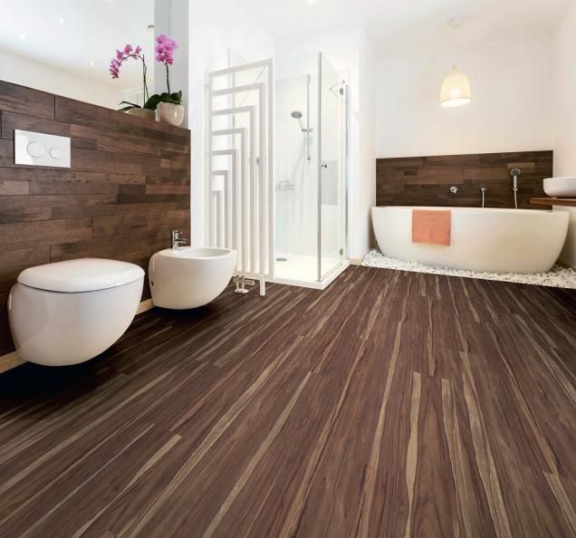 Vinylová podlaha sdekorem ořechu umožní dodat koupelně teplý vzhled dřeva apřitom dlouhodobě udržet jeho krásu (Hornbach)