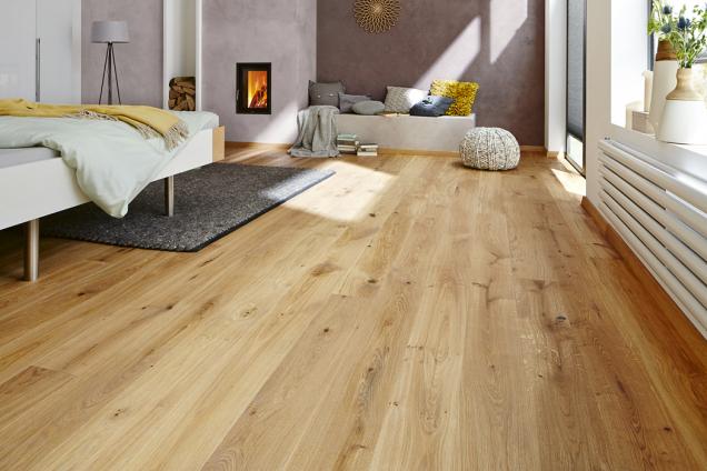 Dřevěná podlaha Skandor, dekor dub je vhodná doobývacího pokoje nebo ložnice. Povrch lze zbrousit. Dřevo dokáže pohlcovat avydechovat vlhkost avytváří tak zdravé klima (Hornbach)