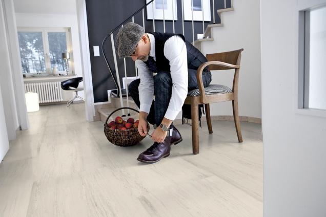 Ekologické podlahy Wineo Purline lze jednoduše  vytírat, vyznačují se vysokou odolností, jsou tenké apružné (nafotografii kolekce Stone XL, dekor Milas White, dodávají prodejny Kratochvíl Parket Profi)