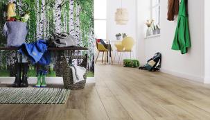 Laminátové podlahy Wineo jsou díky speciálnímu nátěru Aqua-Stop odolné proti vodě avhodné idovlhkého prostředí. Nafotografii podlaha sdekorem tradiční hnědý dub, knerozeznání odpřírodního dřeva (KPP)