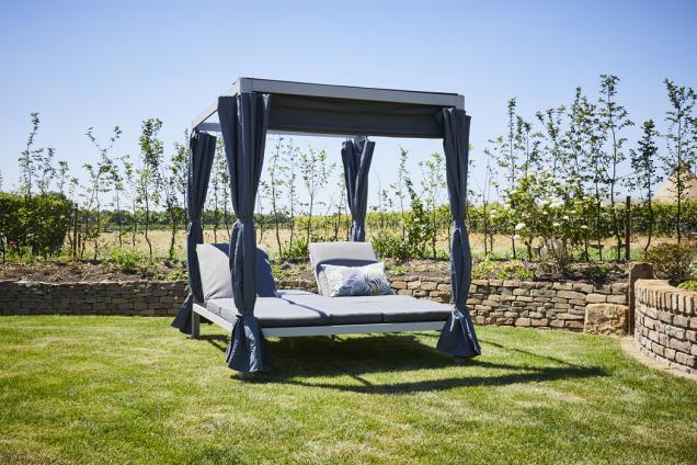 Altán s ležením Futosa má dvě luxusní polstrovaná lehátka s oboustranným polohováním pro dokonalý odpočinek. (Zdroj: Mountfield)