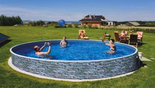 Novinkou na trhu jsou bazény Azuro Vario s elegantním vnějším dekorem kamene. (Zdroj: Mountfield)