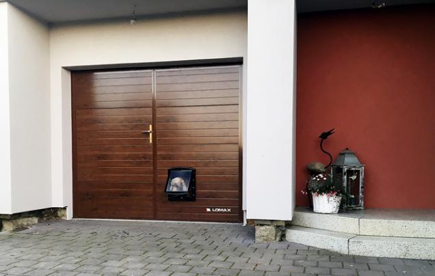 Dokonce i vrata do garáže mohou plnit více funkcí, než je pouhé vpuštění vozidla či jeho majitele dovnitř. Mohou se stát také spojkou mezi exteriérem a interiérem pro domácí mazlíčky (LOMAX)