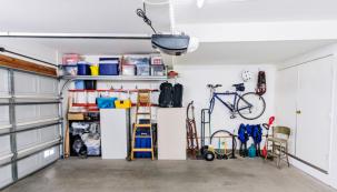 Úložných prostor není v domě nikdy dost, proto k ukládání sportovního náčiní, žebříku, štaflí a podobně přijde vhod i prostor garáže. Více místa získáte zavěšením věcí na zeď.