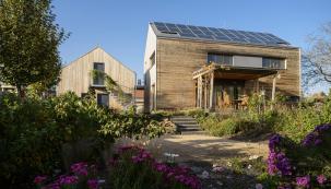 Naprvní pohled vpodstatě jednoduchá dřevostavba. Konstrukčně itechnickým vybavením ovšem dům vpasivním standardu se všemi nezbytnými atributy...