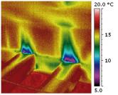 Jeden zpříkladů obrazového záznamu podtlaku vmístnosti pomocí blower-door testu. Netěsnost místa se projeví poklesem teploty, viditelným apoměrně přesně definovatelným navýsledném termosnímku.