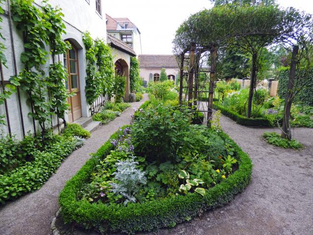 Mlatová cesta se výborně hodí dostylových zahrad.