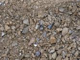 """Základem pro mlatové povrchy je vlhká směs zlomové prosívky 0/32mm. Čím ostřejší jsou jednotlivé kamínky, tím se dosebe lépe """"vážou"""". Samotný materiál musí být velmi tvrdý – žula, rula, rohovec apodobně."""
